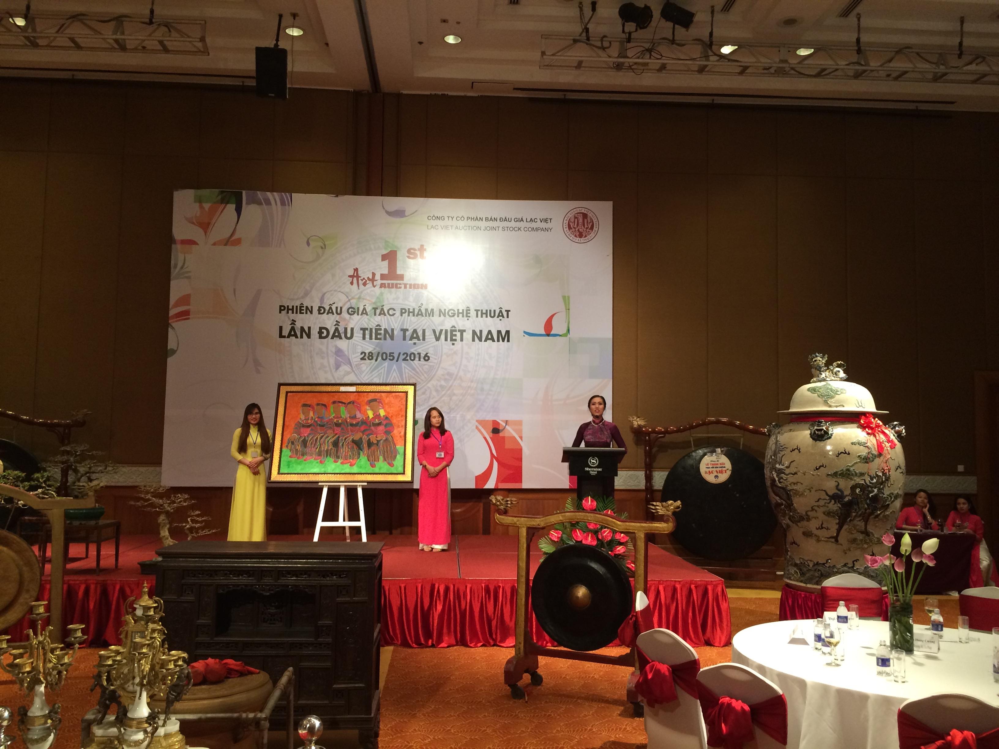 Đây là phiên đấu giá các tác phẩm nghệ thuật lần đầu tiên được tổ chức tại Việt Nam. Ảnh: HM.