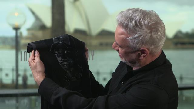 Đạo diễn Roland Emmerich vô cùng thích thú món quà đặc biệt.