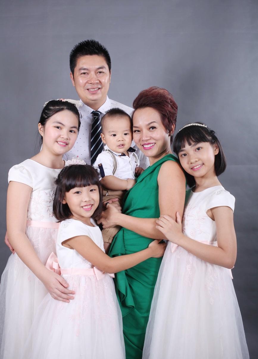 Hiện, vợ chồng Thái Thuỳ Linh còn nhận đỡ đầu cho một vài em nhỏ khác nên hiện tại, cặp đôi có rất nhiều con. Trong những bức hình mới, bên cạnh Thái An, con trai và con gái của ông xã còn có cô con gái nuôi đang sống chung với vợ chồng nữ ca sĩ.
