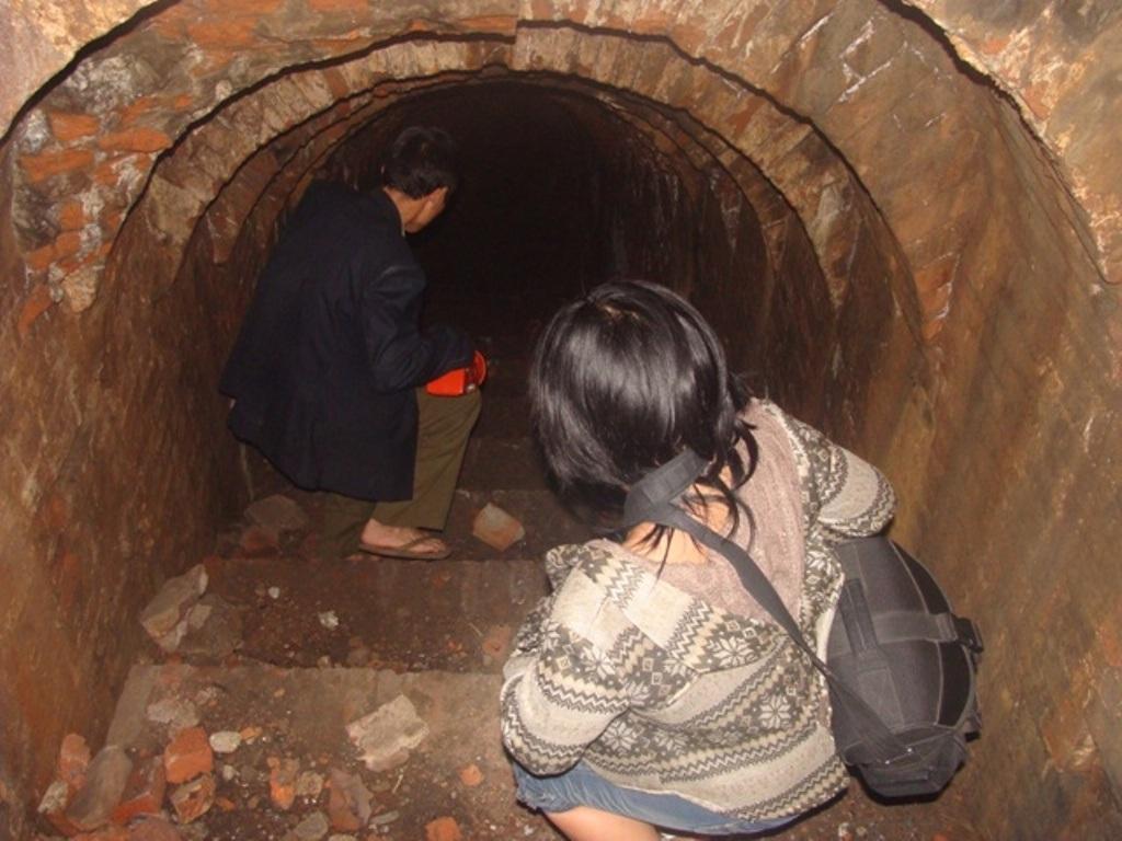 Các mặt hầm đều được trát bên tông kiên cố. Nhưng để đi sâu vào hầm phải vượt qua khoảng 20 bậc thang khá cao và dài.