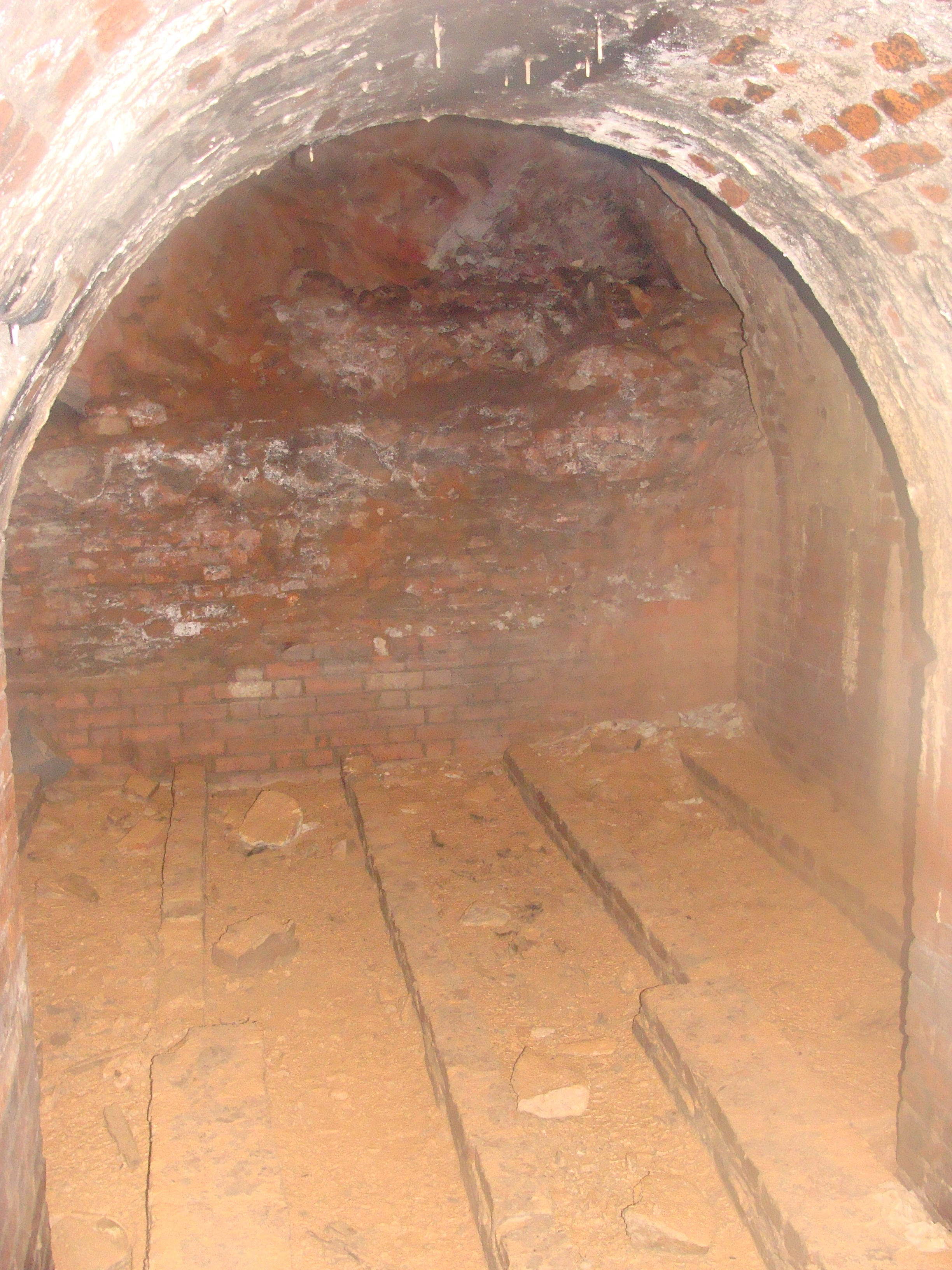 Một căn phòng đã bị bỏ trống lâu năm nằm ở một lối rẽ của đường hầm.