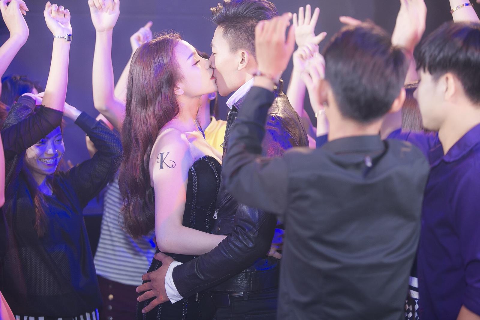 Trà Ngọc Hằng và Hiếu Nguyễn hôn nhau nóng bỏng trong MV Kiêu.