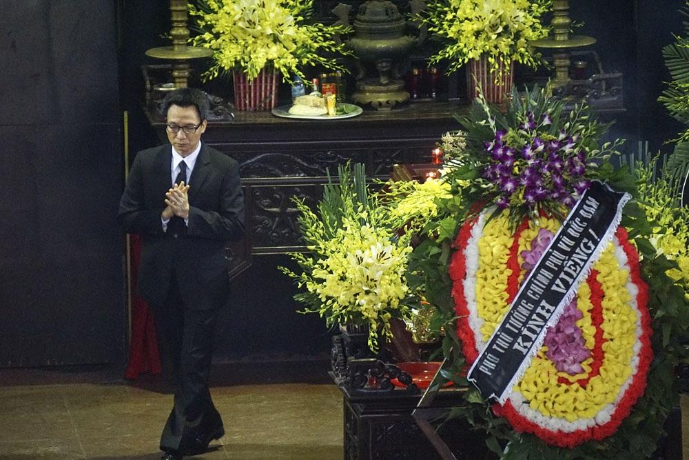 Phó Thủ tướng Vũ Đức Đam có mặt từ rất sớm tại lễ truy điệu danh hoạ Nguyễn Tư Nghiêm.