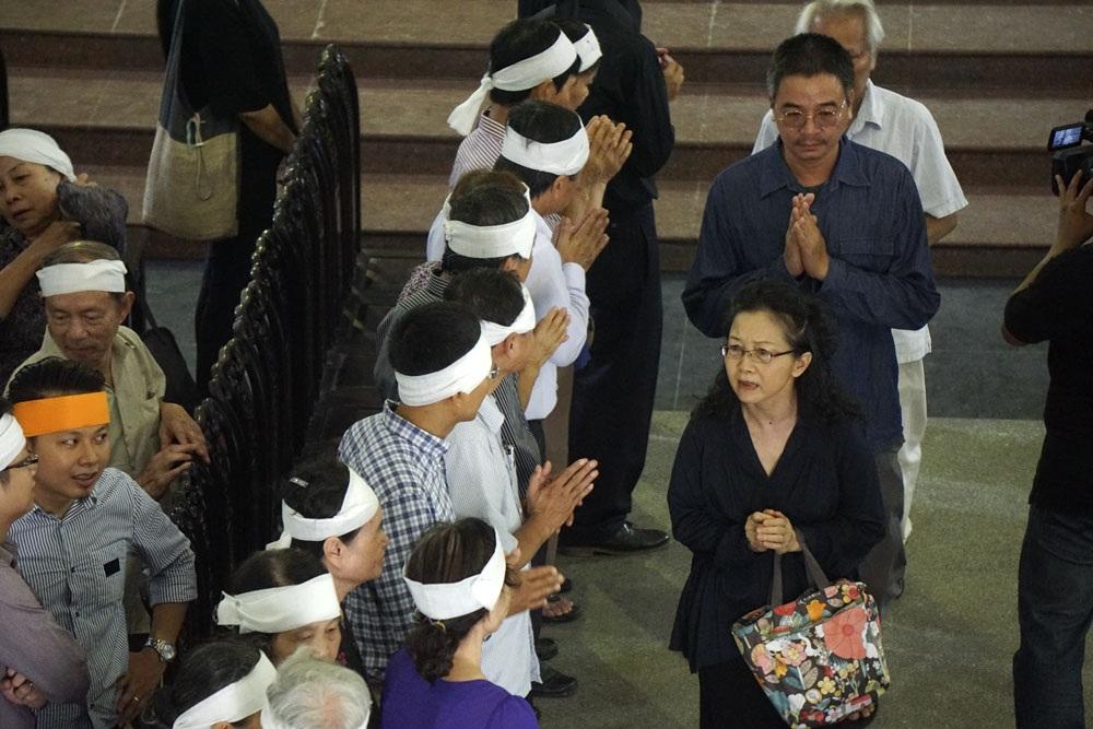Trong tang lễ của danh hoạ Nguyễn Tư Nghiêm, ngoài những vành khăn đen và khăn trắng còn có rất nhiều khăn vàng. Họ là chắt, chít của cố danh hoạ từ quê hương Nghệ An.