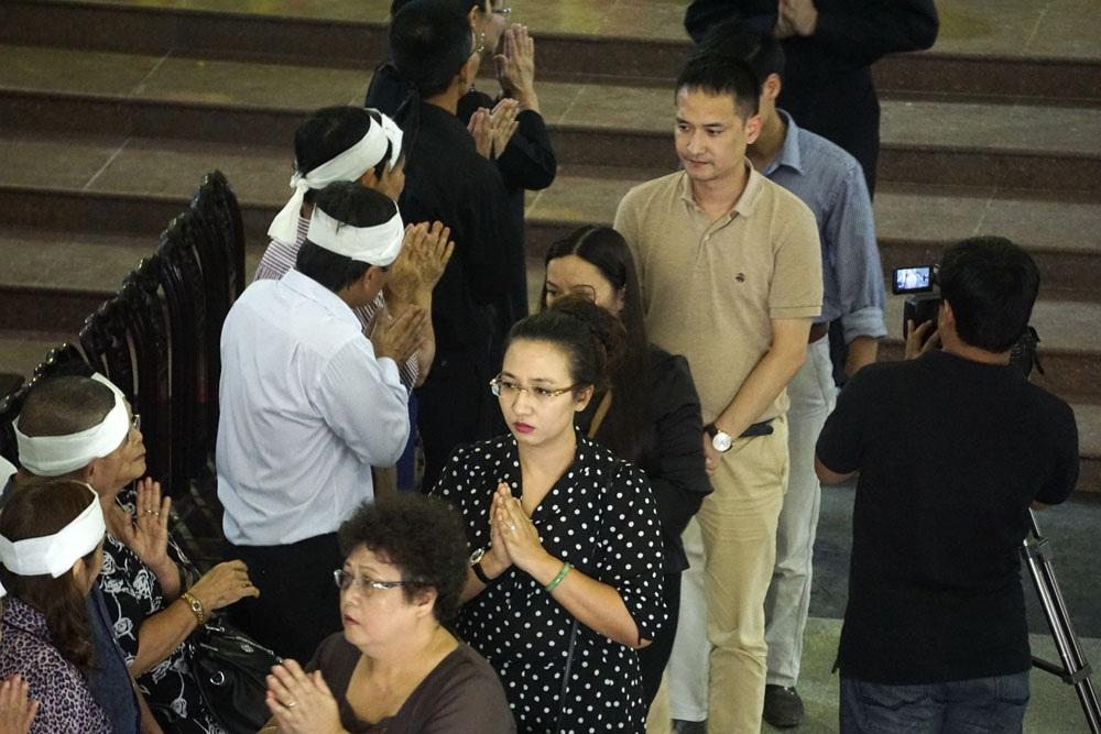 BTV Vân Anh (áo chấm bi) cùng người thân đến viếng danh hoạ Nguyễn Tư Nghiêm.