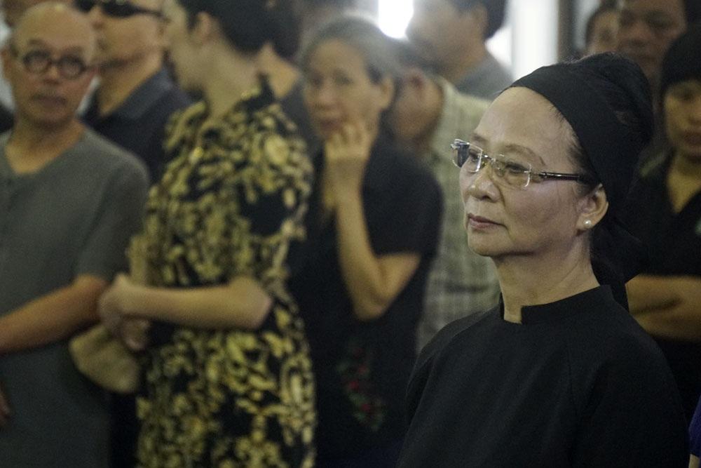 Bà Thu Giang, vợ của danh hoạ trong giây phút đọc điếu văn.
