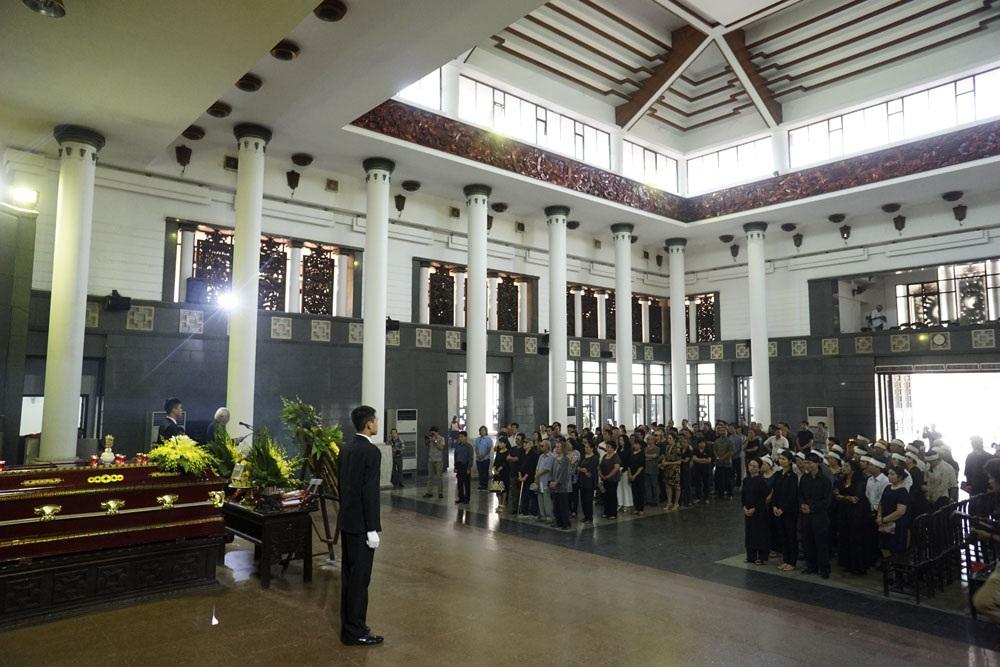 Rất nhiều hoạ sĩ tên tuổi của làng mỹ thuật Việt Nam đã chờ đến phút giây cuối cùng để tiễn biệt người thầy, người anh, người đồng nghiệp...