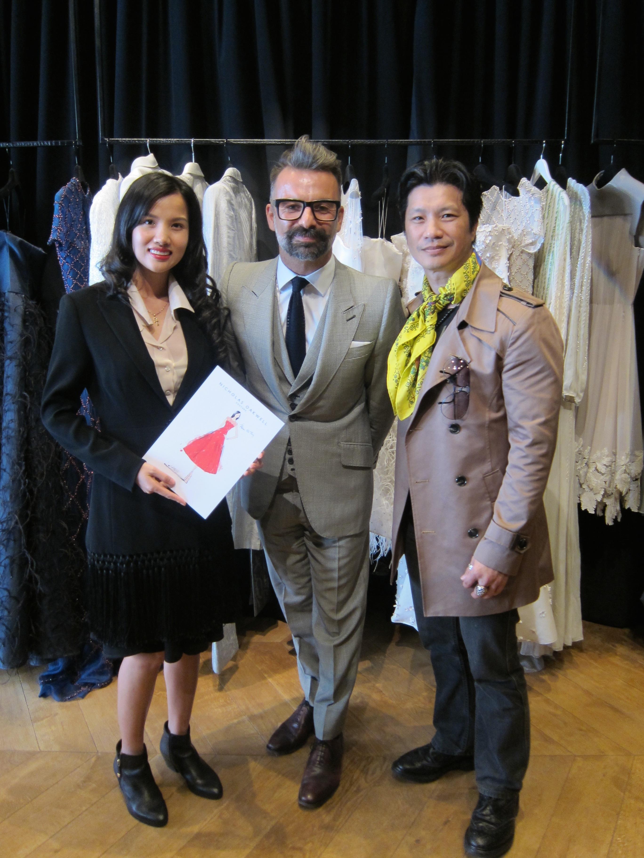 Bebe Phạm được nhà thiết kế Nicolas Oakwell tặng một mẫu thiết kế váy mới nhất.