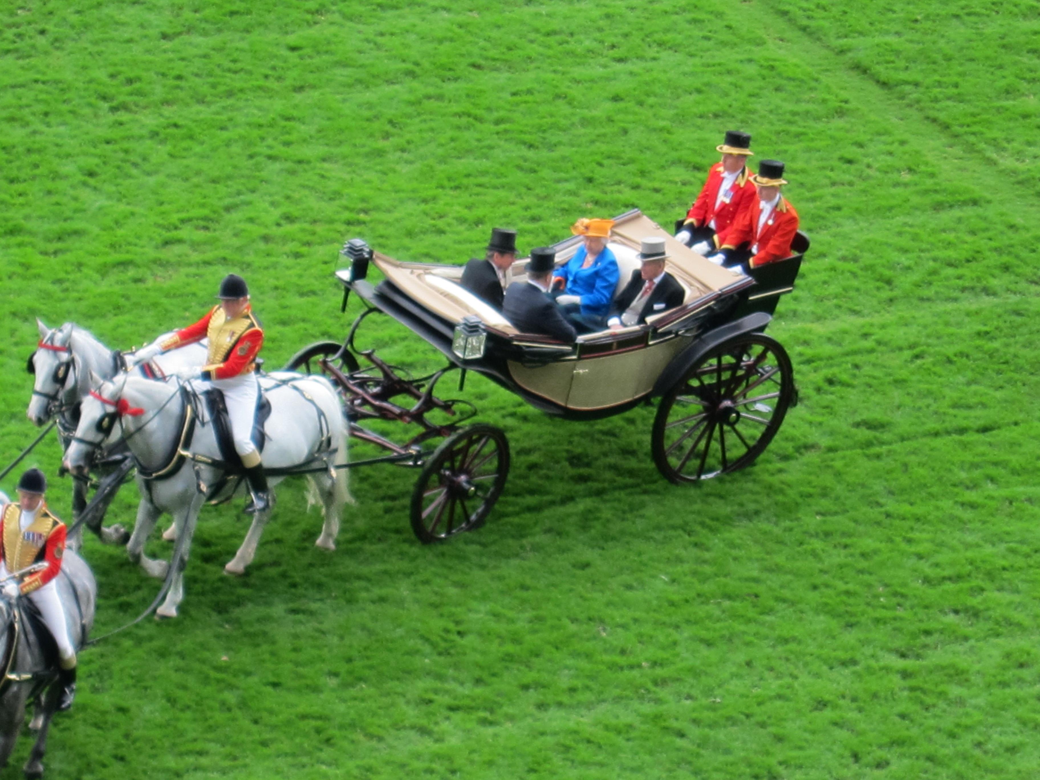 Dustin Nguyễn - Bebe dự đua ngựa mừng sinh nhật nữ hoàng Anh 90 tuổi - 7