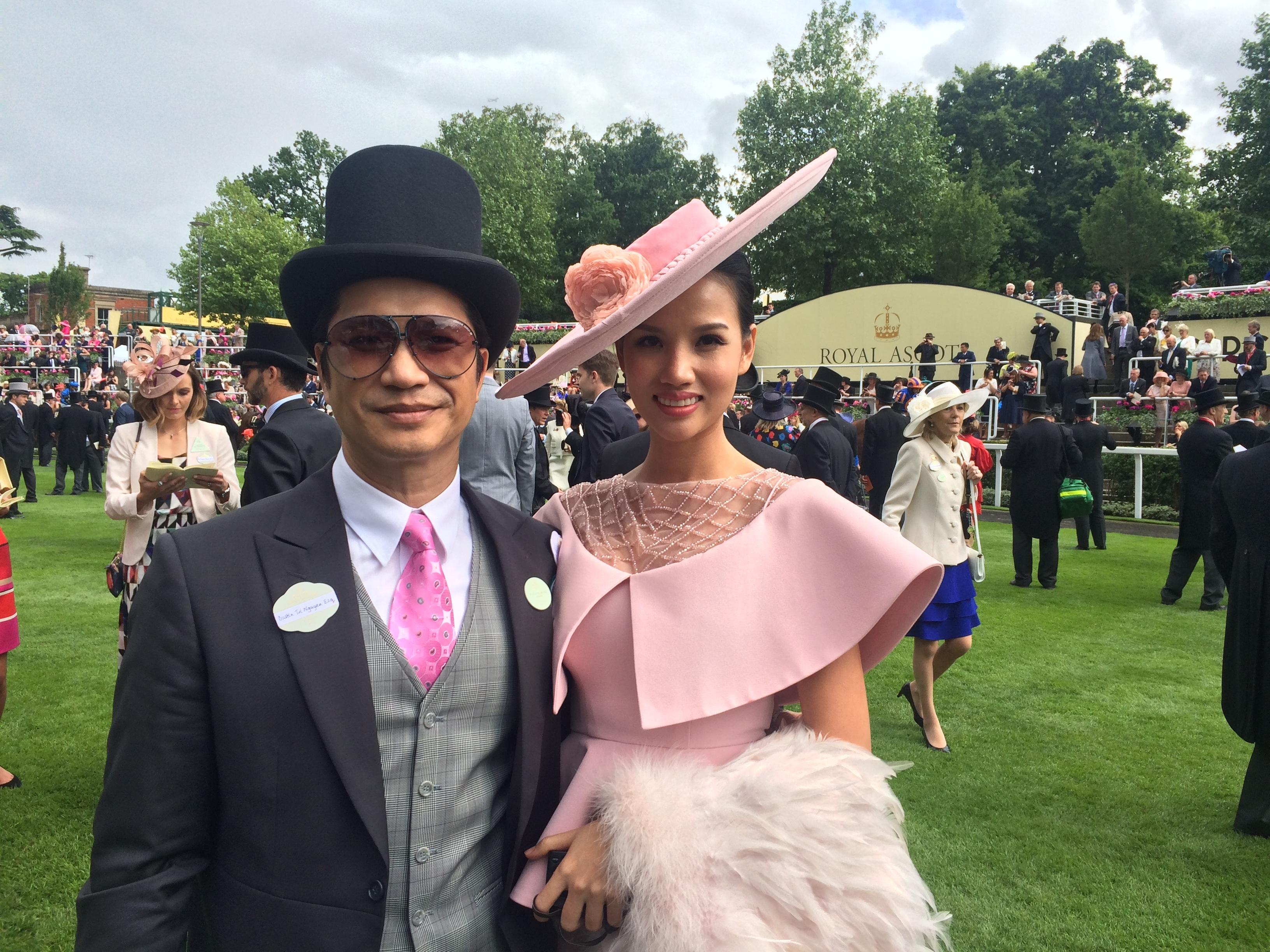 Dustin Nguyễn - Bebe dự đua ngựa mừng sinh nhật nữ hoàng Anh 90 tuổi - 17