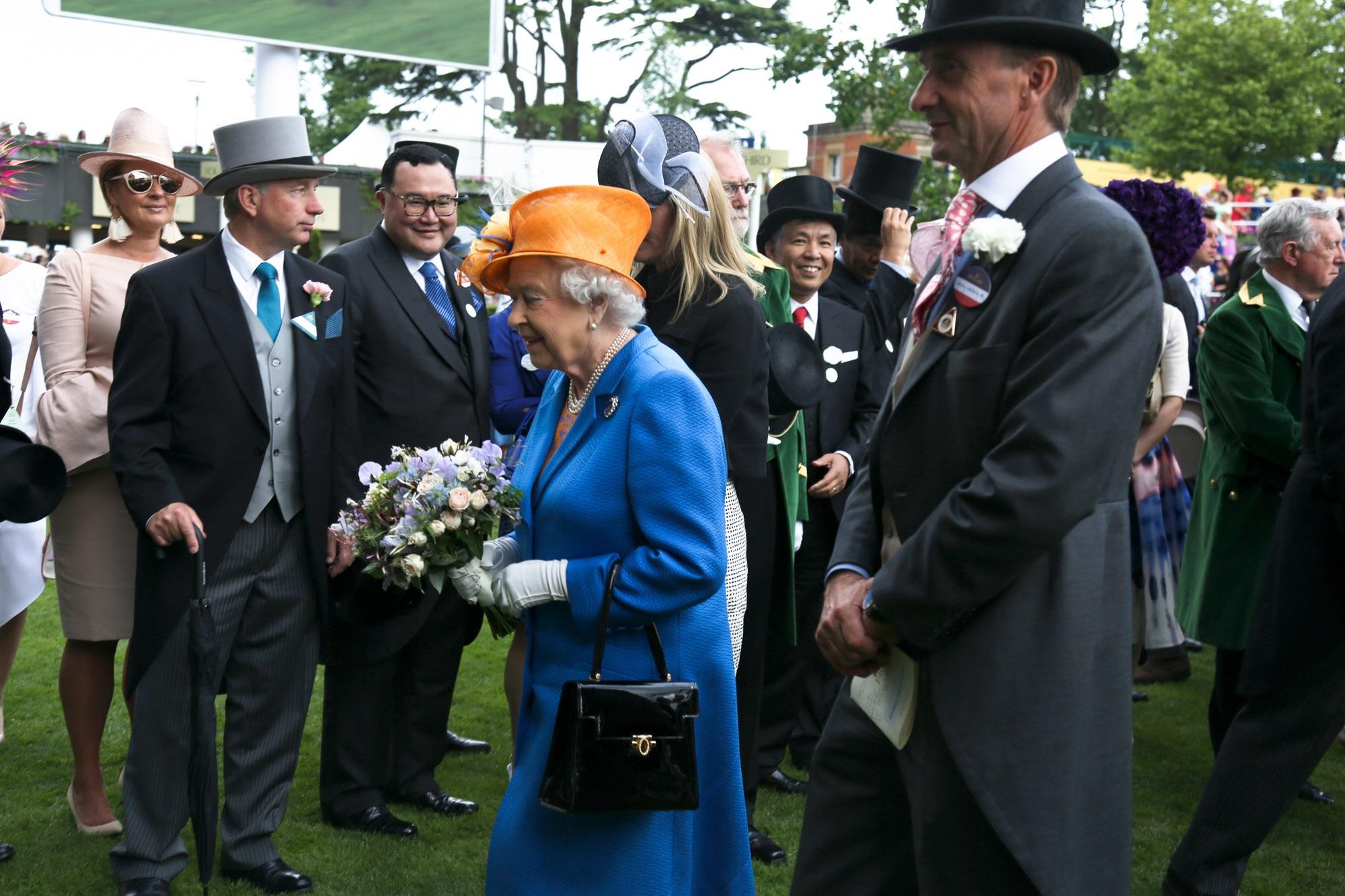 Dustin Nguyễn - Bebe dự đua ngựa mừng sinh nhật nữ hoàng Anh 90 tuổi - 8