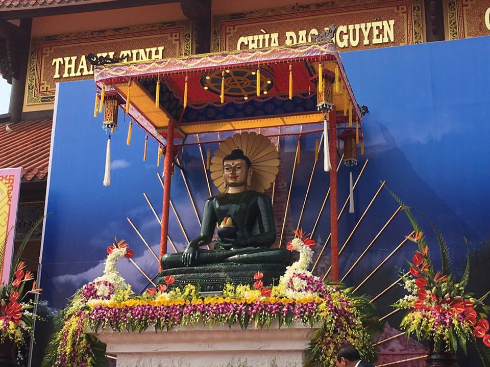 Năm 2016, tượng Phật ngọc Hoà bình Thế giới đã đi qua rất nhiều ngôi chùa của Việt Nam. Ảnh: TL.