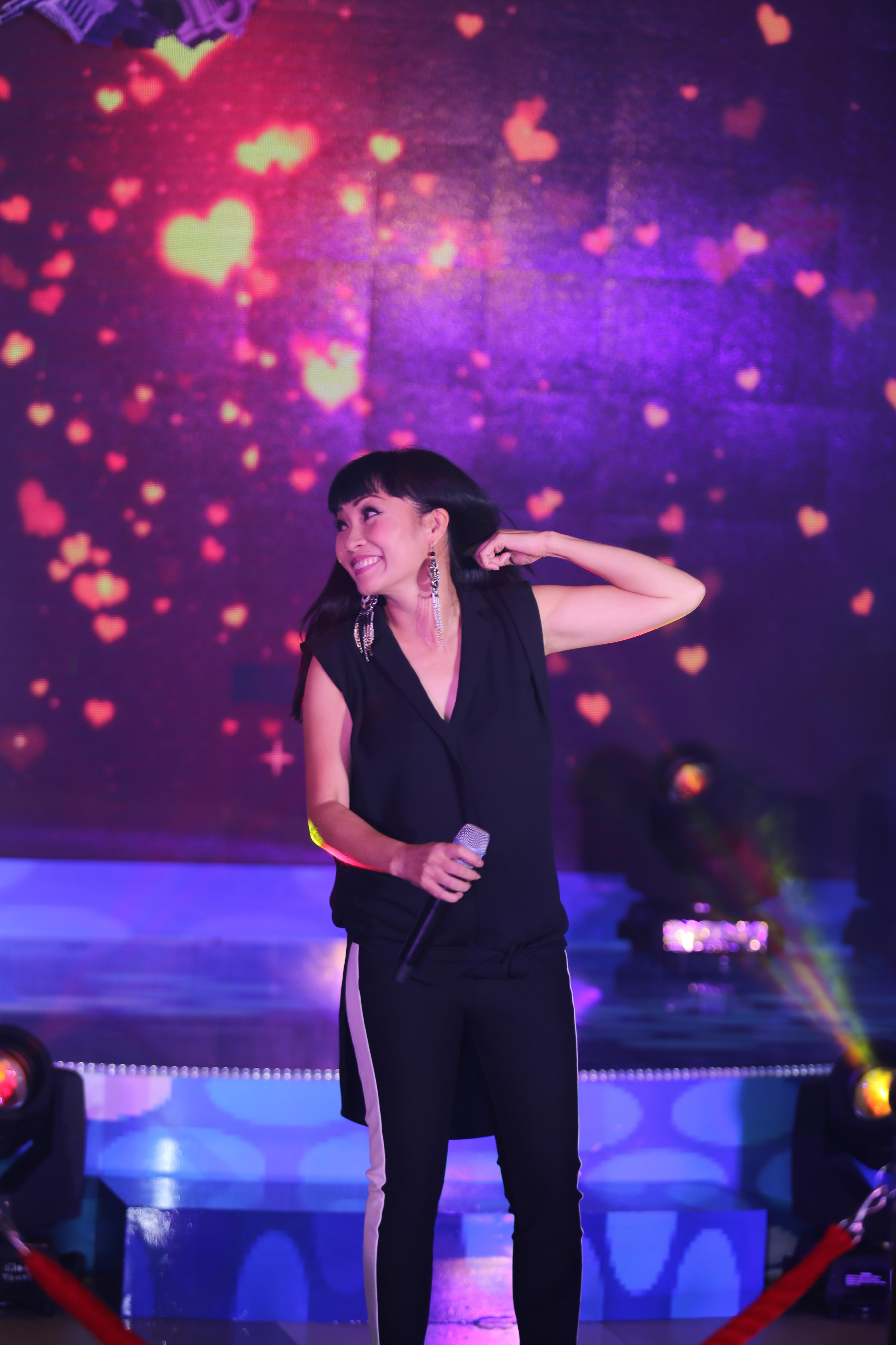 """Đến màn """"hỏi nhanh trả lời nhanh"""" hóc búa đặc trưng của """"MTV Star Tour"""" đã khiến khán giả cười nghiêng ngã và vỗ tay không ngớt với màn đối đáp khéo léo, hài hước và sâu sắc của Phương Thanh làm VJ Kaylee kì cựu của MTV nghiêng người kính phục."""