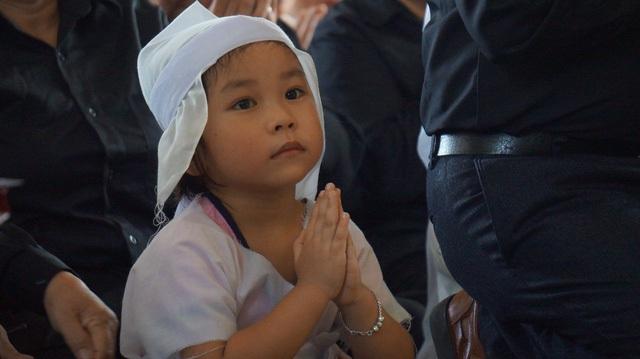 Đôi mắt con trẻ trong đám tang cha khiến bao người phải xót xa, thương cảm... Ảnh: Nguyễn Duy.