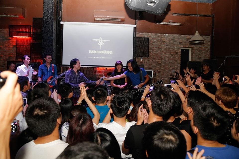 Minishow lần này có sự góp mặt của các thành viên của ban nhạc Bức Tường như: Guitarist Trần Tuấn Hùng - Trưởng nhóm Bức Tường, Triệu Hoàng Lân – ca sỹ chính đêm nhạc, ca sỹ của ban nhạc Rock Cát, Đinh Tiến Dũng, MC Anh Tuấn, cùng gia đình và người thân của nhạc sỹ Trần Lập. Đêm nhạc đã thu hút hàng nghìn khán giả hâm mộ theo dõi trực tiếp tại sự kiện và online.