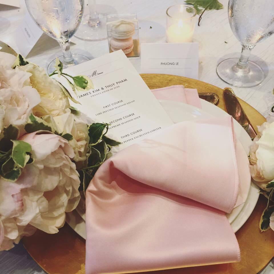 Đám cưới diễn ra theo phong cách truyền thống của Mỹ, trong không gian sang trọng với rất nhiều hoa tươi và nến. Có khoảng 200 khách mời là người thân, bạn bè, đồng nghiệp đến chia vui cùng cô dâu - chú rể.