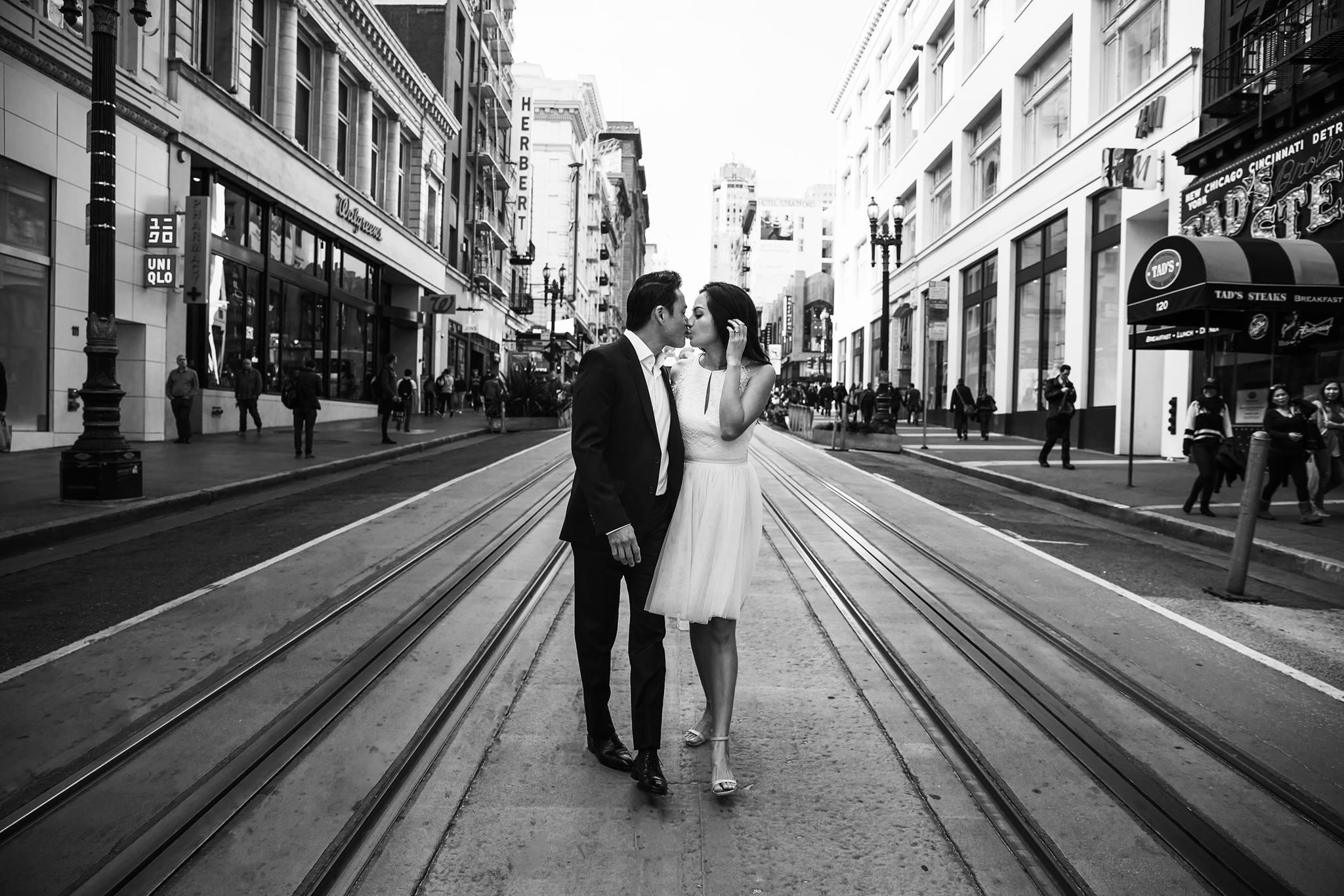 Trong bộ ảnh cưới này, cô dâu và chú rể trao cho nhau nhiều nụ hôn đắm đuối. Cả hai trông rất xứng đôi vừa lứa.