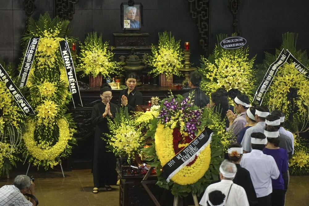 Bà Thi Giang trong đám tang danh họa Nguyễn Tư Nghiêm. Ảnh: Hữu Nghị.