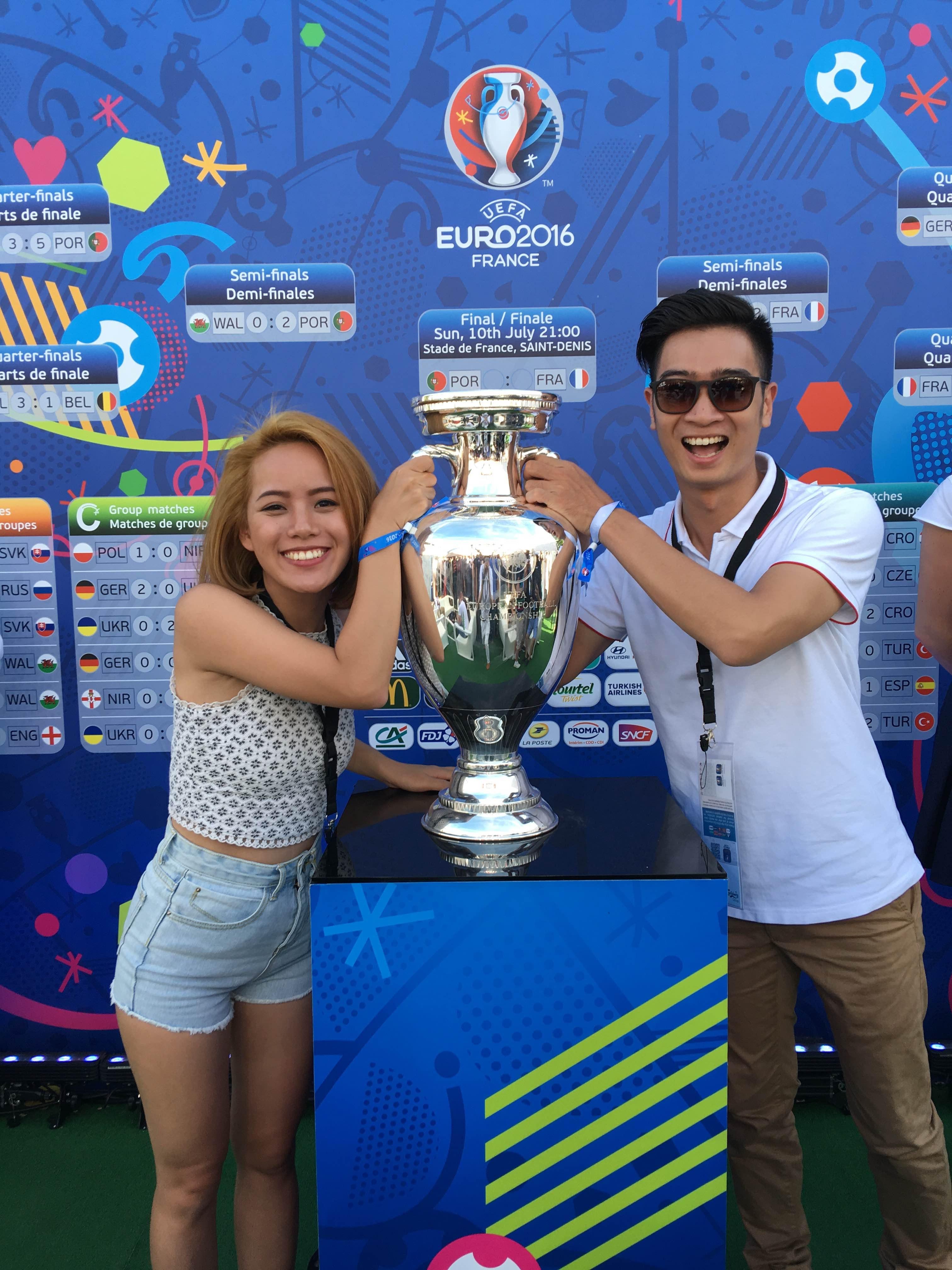 Trong lần tới Pháp này, Slim V đặc biệt đưa người yêu là nghệ sĩ sáo Flute Huyền Trang, cô gái thổi sáo từng gây sốt tại Vietnam's Got Talent 2013 đi cùng.