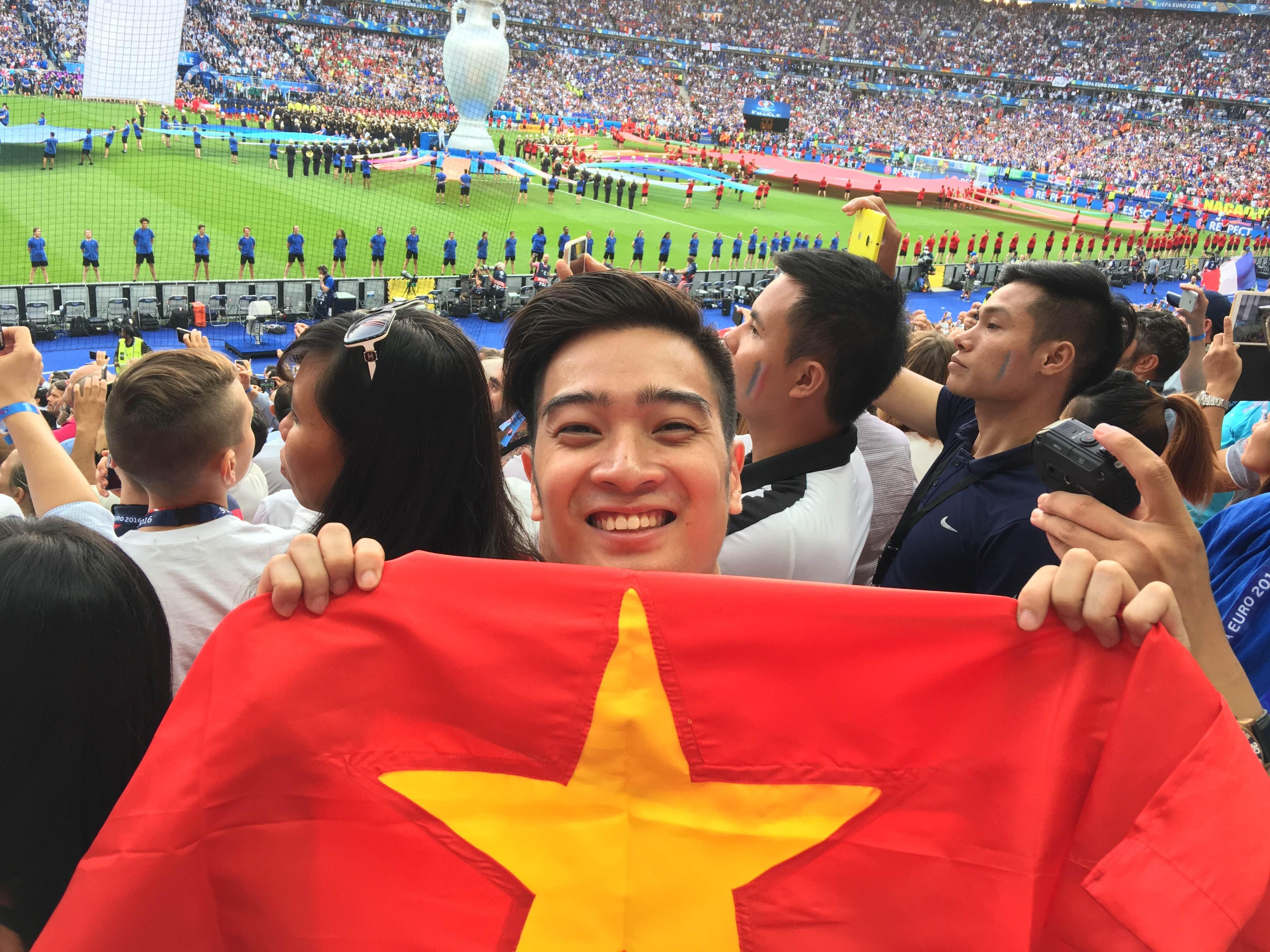Slim V chia sẻ, dù không có mặt đội tuyển Việt Nam nhưng anh mong muốn hình ảnh Việt Nam và những khán giả Việt Nam tại sân bóng lừng lẫy nhất thế giới đang được sự quan tâm của khán giả toàn cầu này sẽ được biết đến.