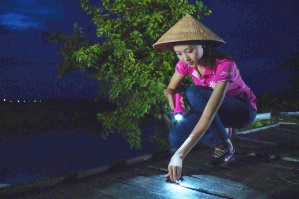 Thuỳ Trang xây cầu cho dân nghèo ở Cần Thơ.