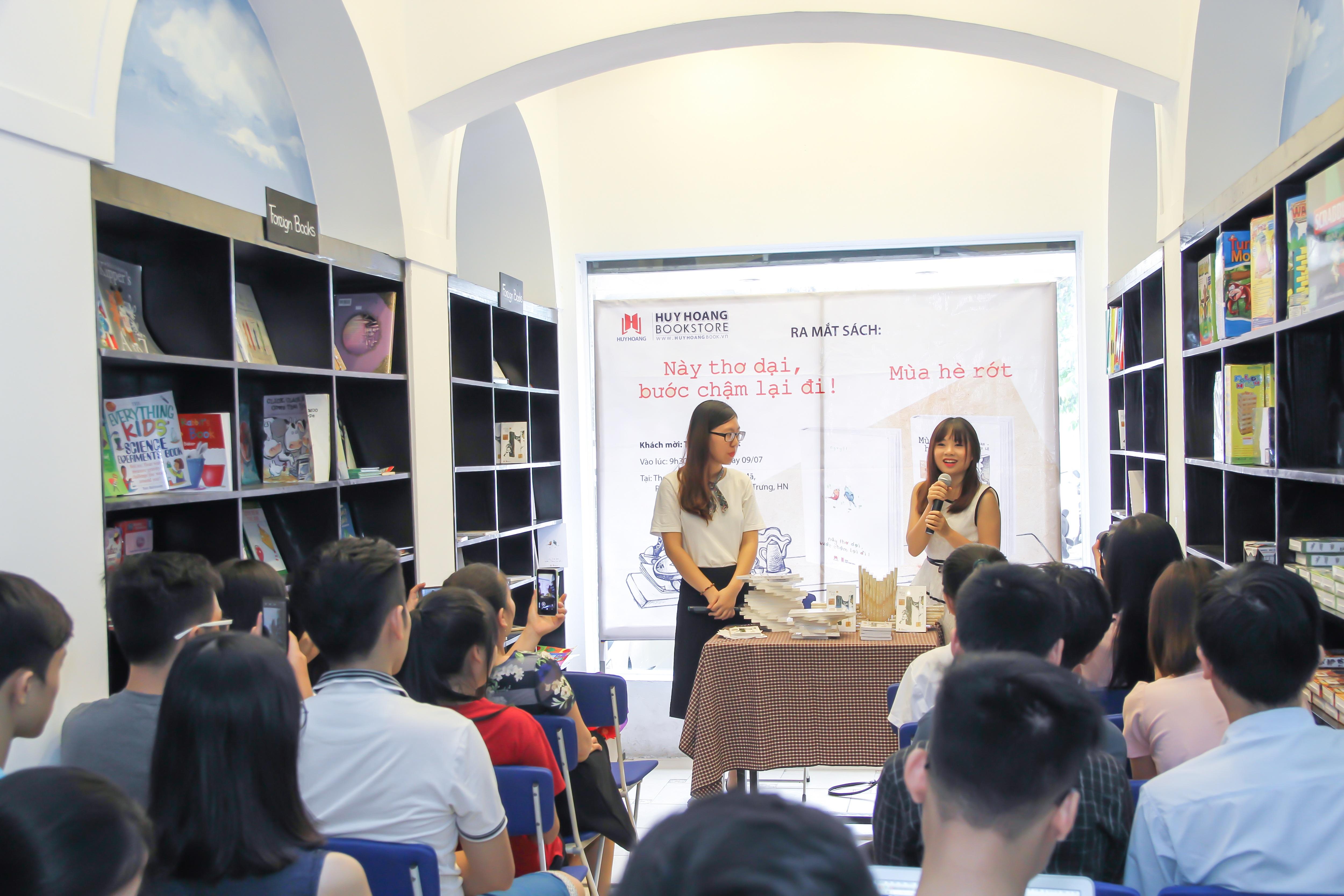 Rất nhiều độc giả trẻ đã đến dự buổi ra mắt hai cuốn sách này. Ảnh: Hoàng Hải.
