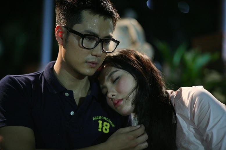 Một cảnh tình cảm của cặp đôi chị - em trong phim. Ảnh: VFC.
