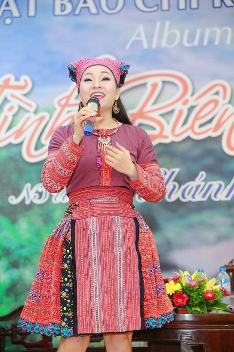 NSƯT Khánh Hòa trong buổi ra mắt album Tình biên cương.