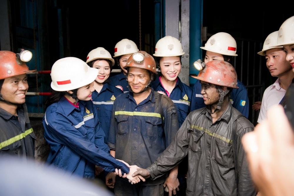 Giao lưu với các công nhân trong hầm than.