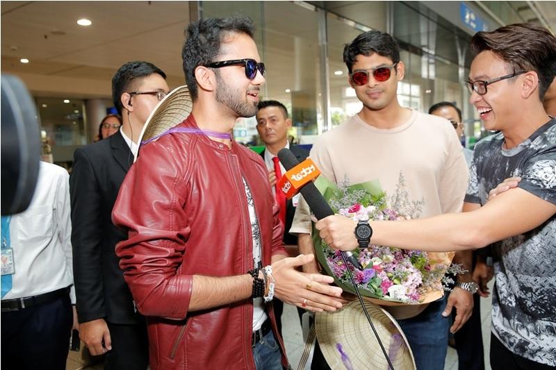 Các diễn viên được fan chào đón bằng hoa tươi và nón lá. Họ rất vui vẻ trả lời phỏng vấn của truyền hình Việt Nam.