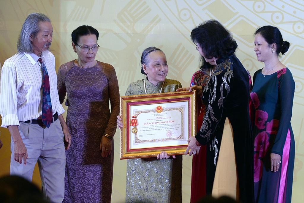 Chủ tịch Quốc hội Nguyễn Thị Kim Ngân trao Huân chương Hồ Chí Minh truy tặng cho cố nhạc sĩ Văn Cao cho bà Nghiêm Thuý Băng.
