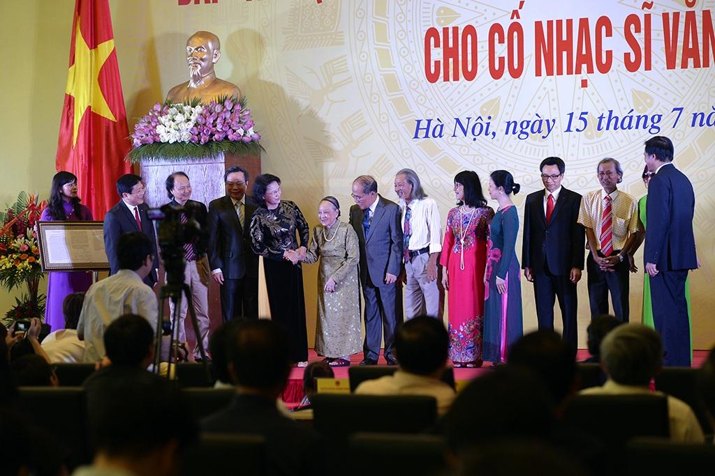 Lãnh đạo Đảng, Nhà nước và Quốc hội trong giây phút chứng kiến gia đình cố nhạc sĩ Văn Cao trao bản hiến tặng Tiến quân ca cho Tổ quốc và nhân dân Việt Nam.