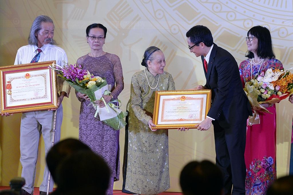 Phó Thủ tướng Vũ Đức Đam trao bằng khen của Thủ tướng Chính Phủ cho phu nhân cố nhạc sĩ Văn Cao.