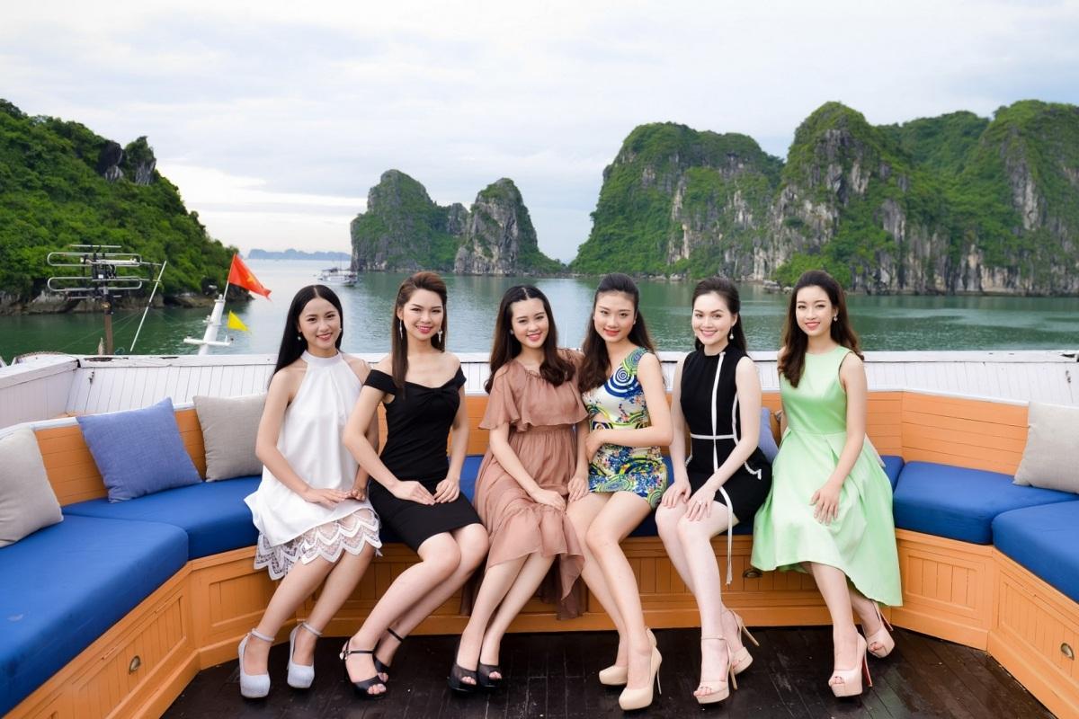 Người đẹp tỏ ra đầy hứng khởi khi được du ngoạn Hạ Long bằng du thuyền sang trọng.