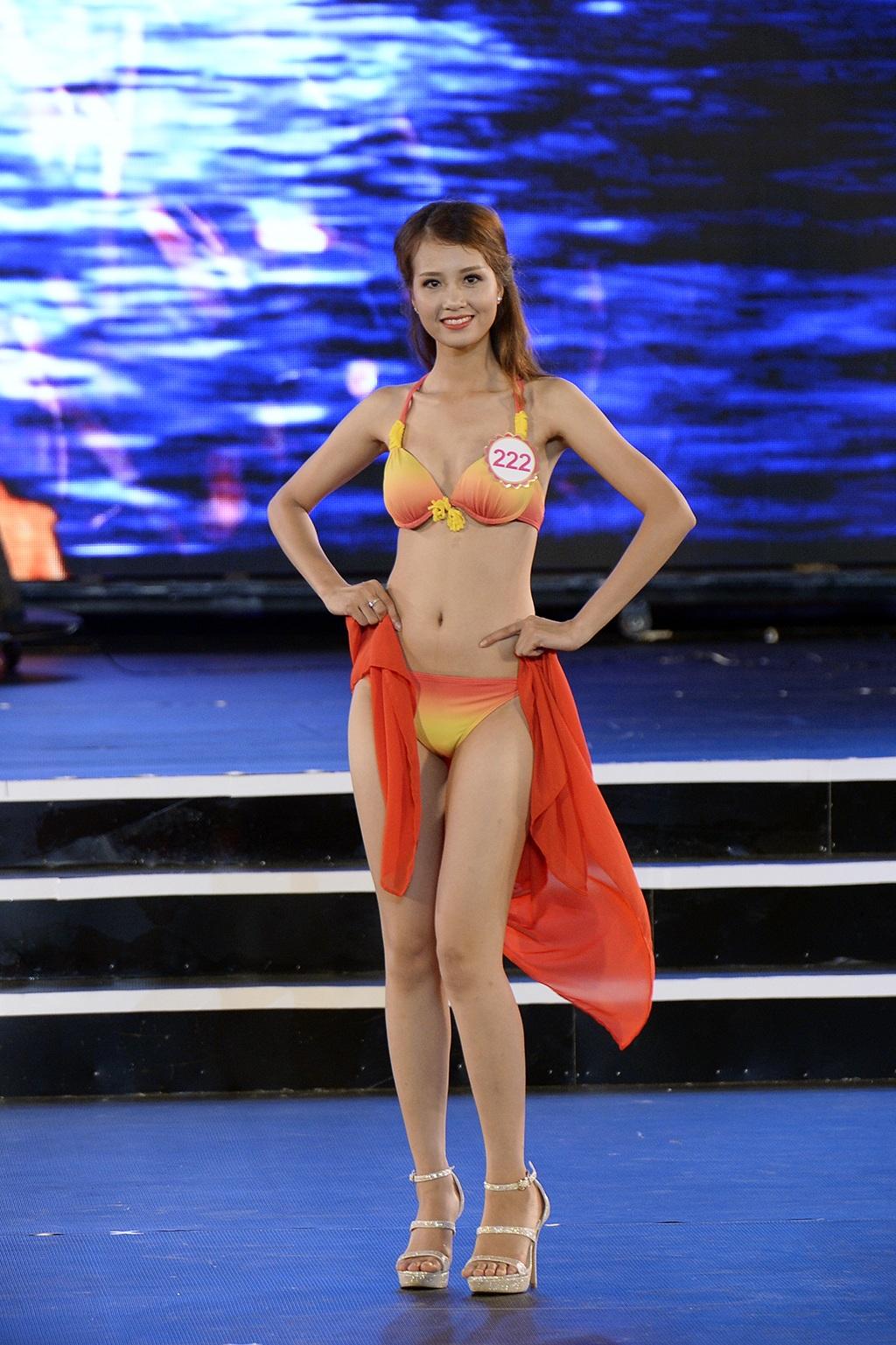 Các thí sinh đầy tự tin trong bộ trang phục áo tắm của NTK Xuân Thu.