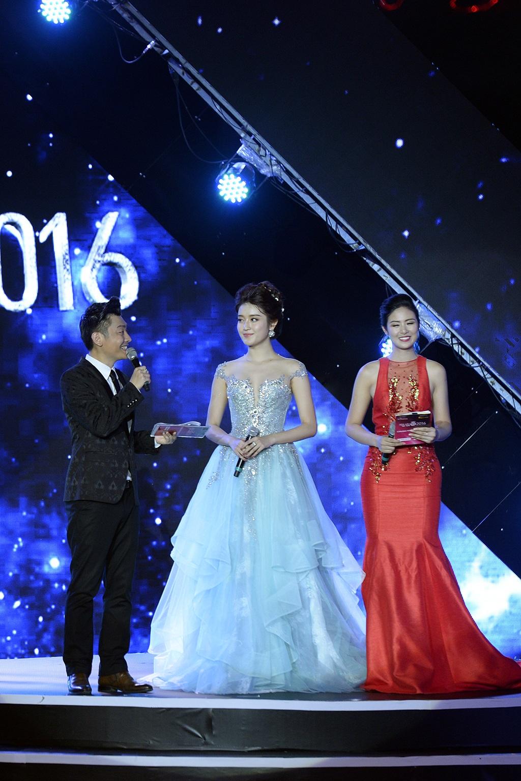 Á hậu Huyền My được mời lên sân khấu giao lưu với khán giả trong lúc chờ đợi kết quả từ BGK.