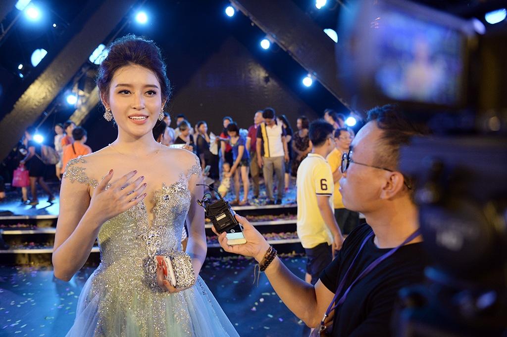 Á hậu Huyền My trả lời phỏng vấn báo Dân Trí.