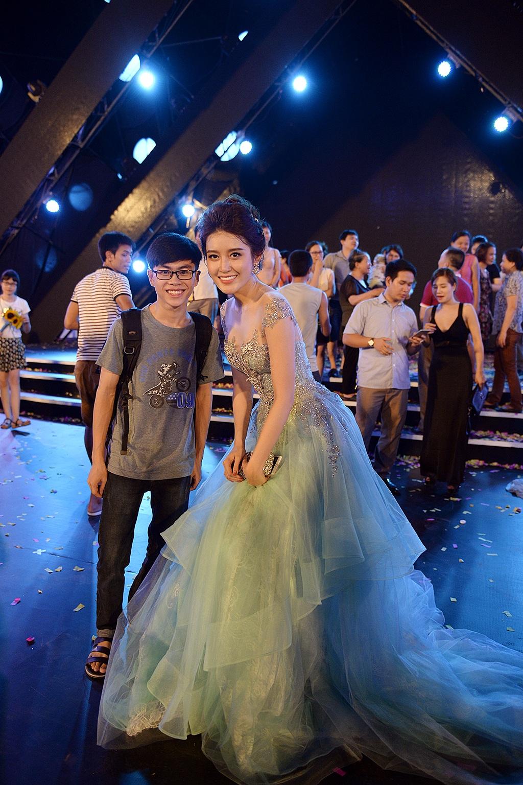 Huyền My chụp ảnh cùng một bạn trẻ sau khi đêm chung khảo Hoa hậu Việt Nam 2016 kết thúc.