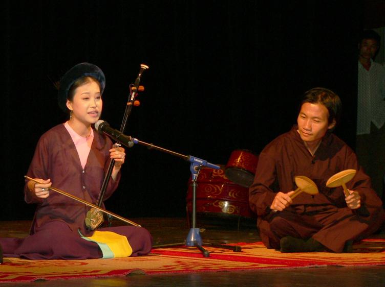 Nghệ sĩ Tuyết Hoa và Quang Long thể hiện lời hát trong MV.