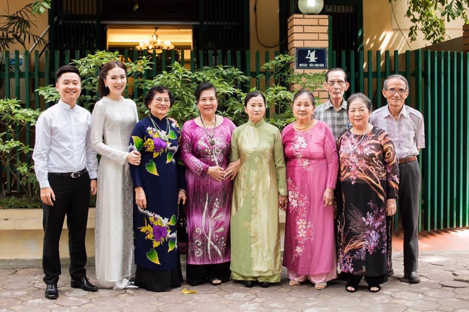 Lễ dạm ngõ của Mai Ngọc diễn ra tại nhà riêng của cô ở Linh Đàm với sự chứng kiến của đông đủ người thân hai họ. Cô dâu Mai Ngọc diện một áo dài trắng bằng lụa gấm và vấn tóc theo kiểu thiếu nữ Hà Thành xưa.