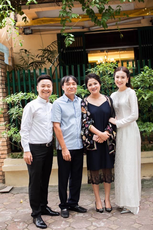 Được biết, tân lang của Mai Ngọc tên Nam và gia đình anh sở hữu chuỗi nhà hàng nổi tiếng ở Hà Nội.
