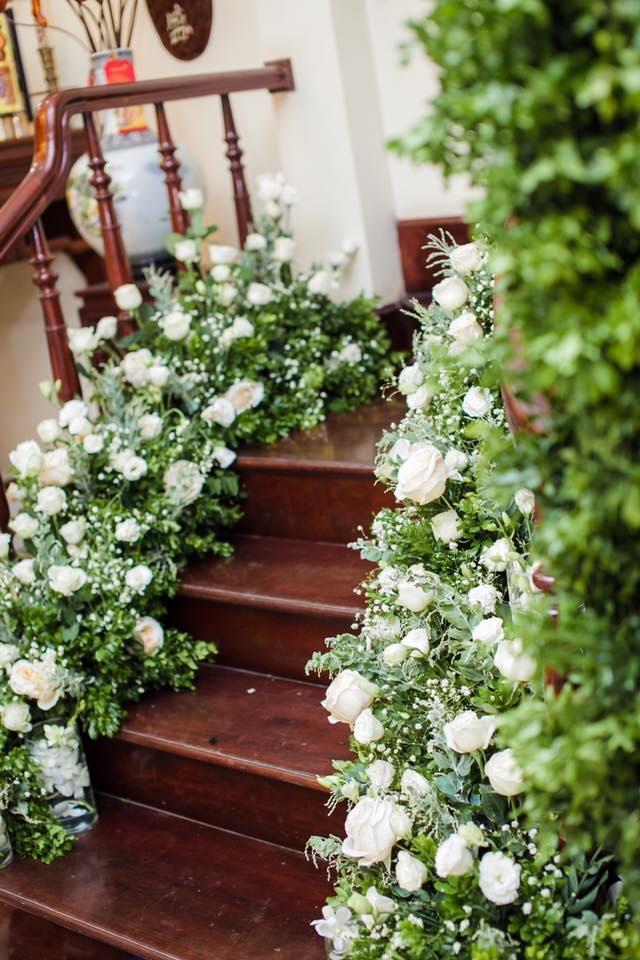 Hoa tươi kết thành luống trải dài khắp cầu thang.
