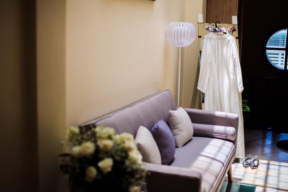Mai Ngọc chọn áo dài trắng bằng lụa gấm làm trang phục trong ngày dạm ngõ.