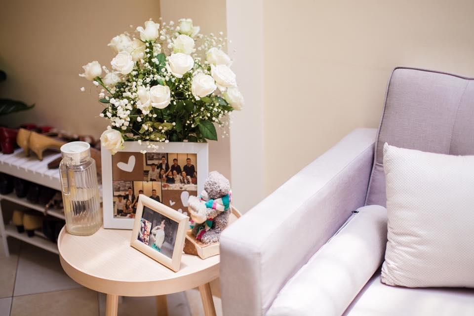 Hình ảnh kỷ niệm của tân lang và tân nương được bài trí rất khéo trong phòng riêng của cô dâu.