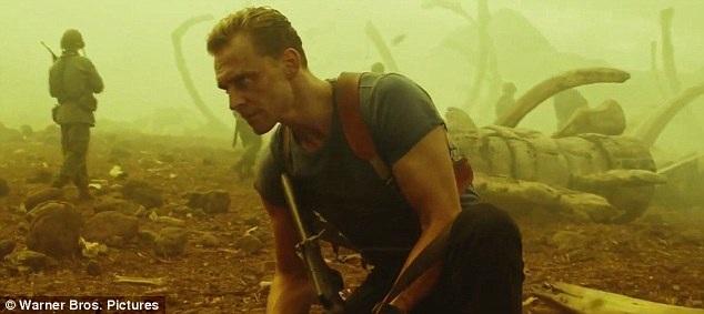Tom Hiddleston trong một cảnh quay.