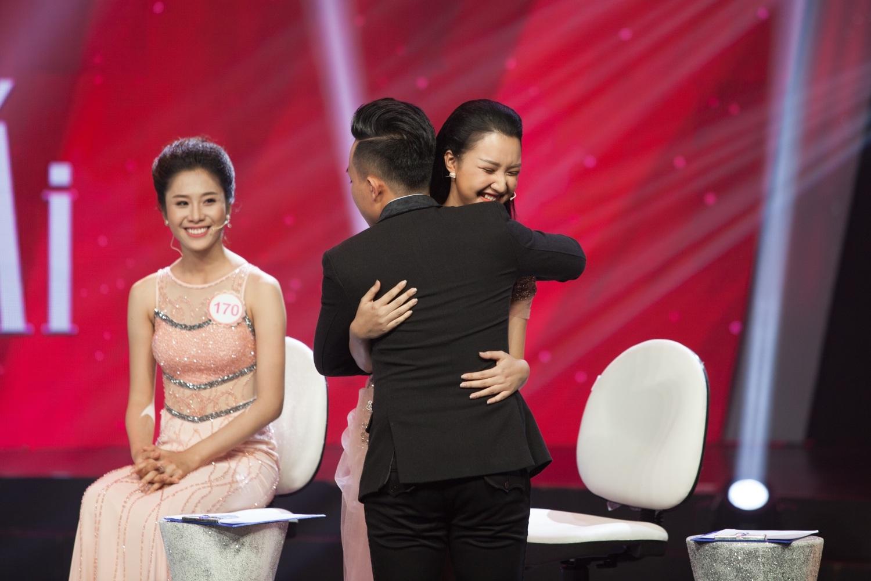 Trấn Thành nhảy lên ôm nàng thơ xứ Huế.