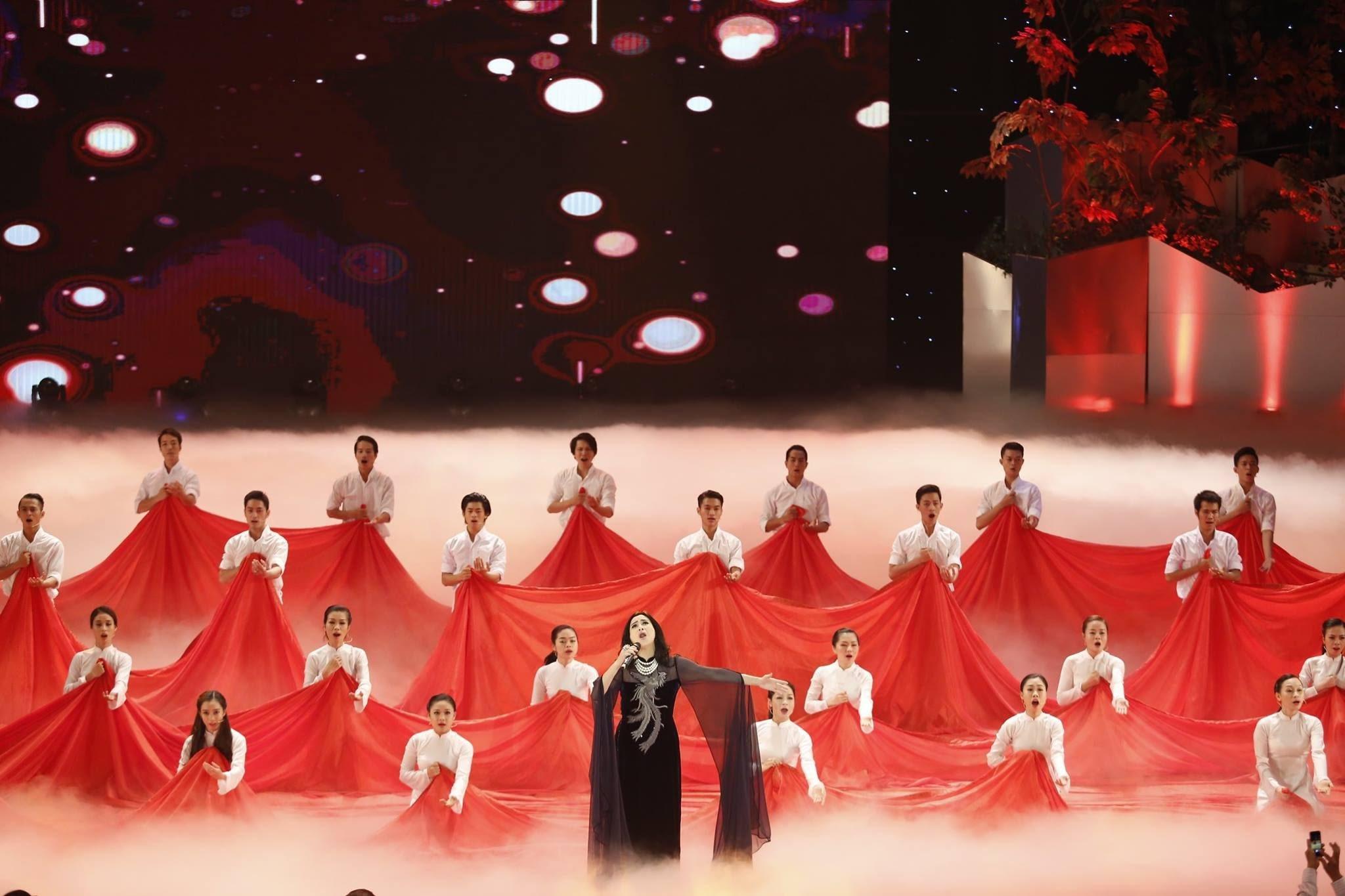 Tiết mục Màu hoa đỏ do NSƯT Thanh Lam thể hiện trong chương trình Giai điệu tự hào 2015. Ảnh: TL.