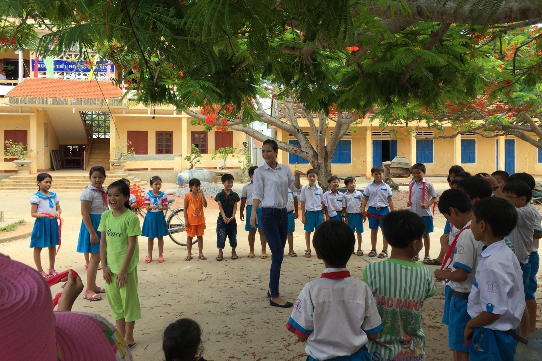 Trần Thị Thuỷ vui đùa với các em học sinh trên đảo Lý Sơn.