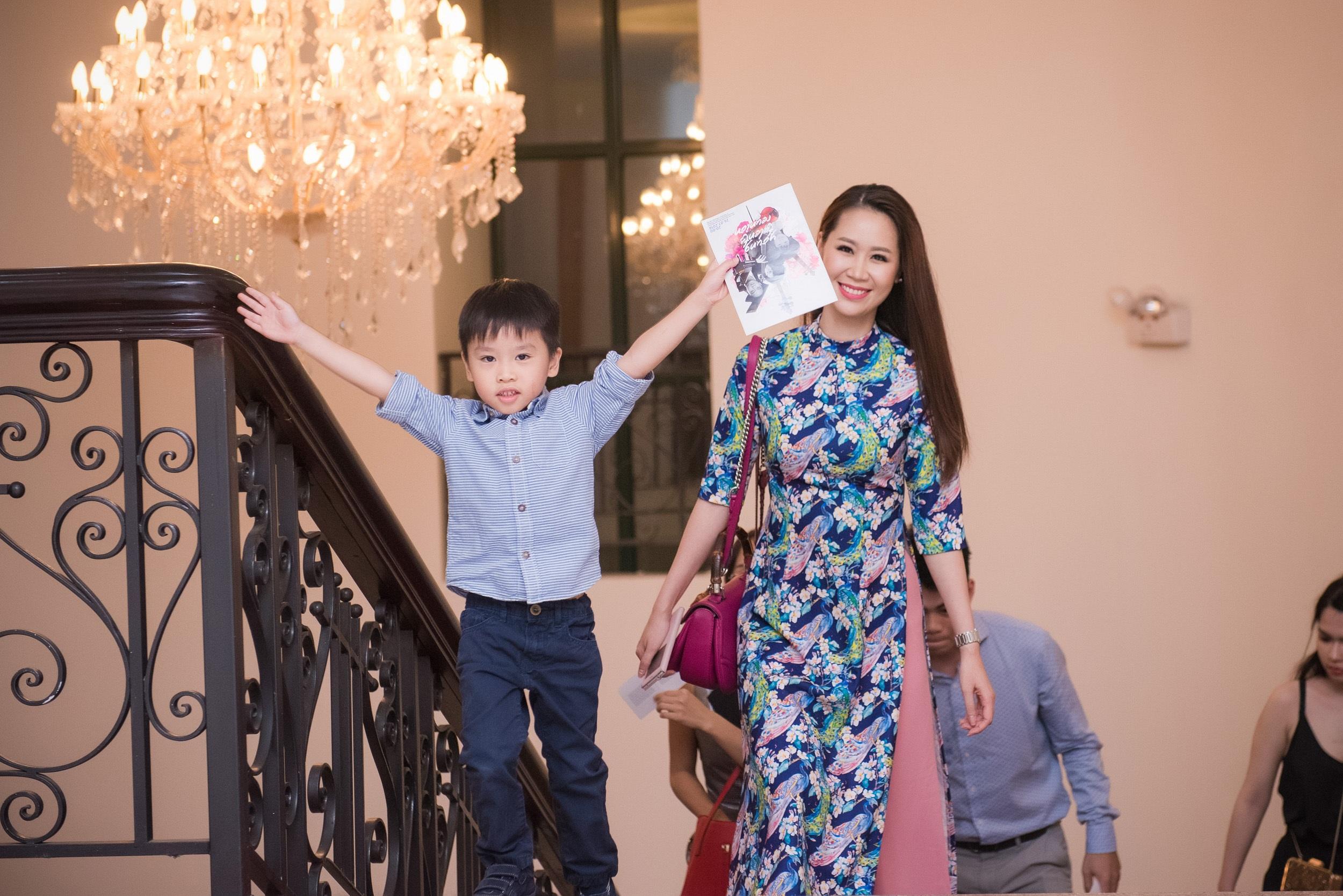 Cậu con trai 5 tuổi (tên thân mật là Tót) cũng theo mẹ đến xem cậu ruột trình diễn piano. Cậu bé hiếu động, chạy khắp nơi khiến Dương Thùy Linh phải trông nom khá vất vả.