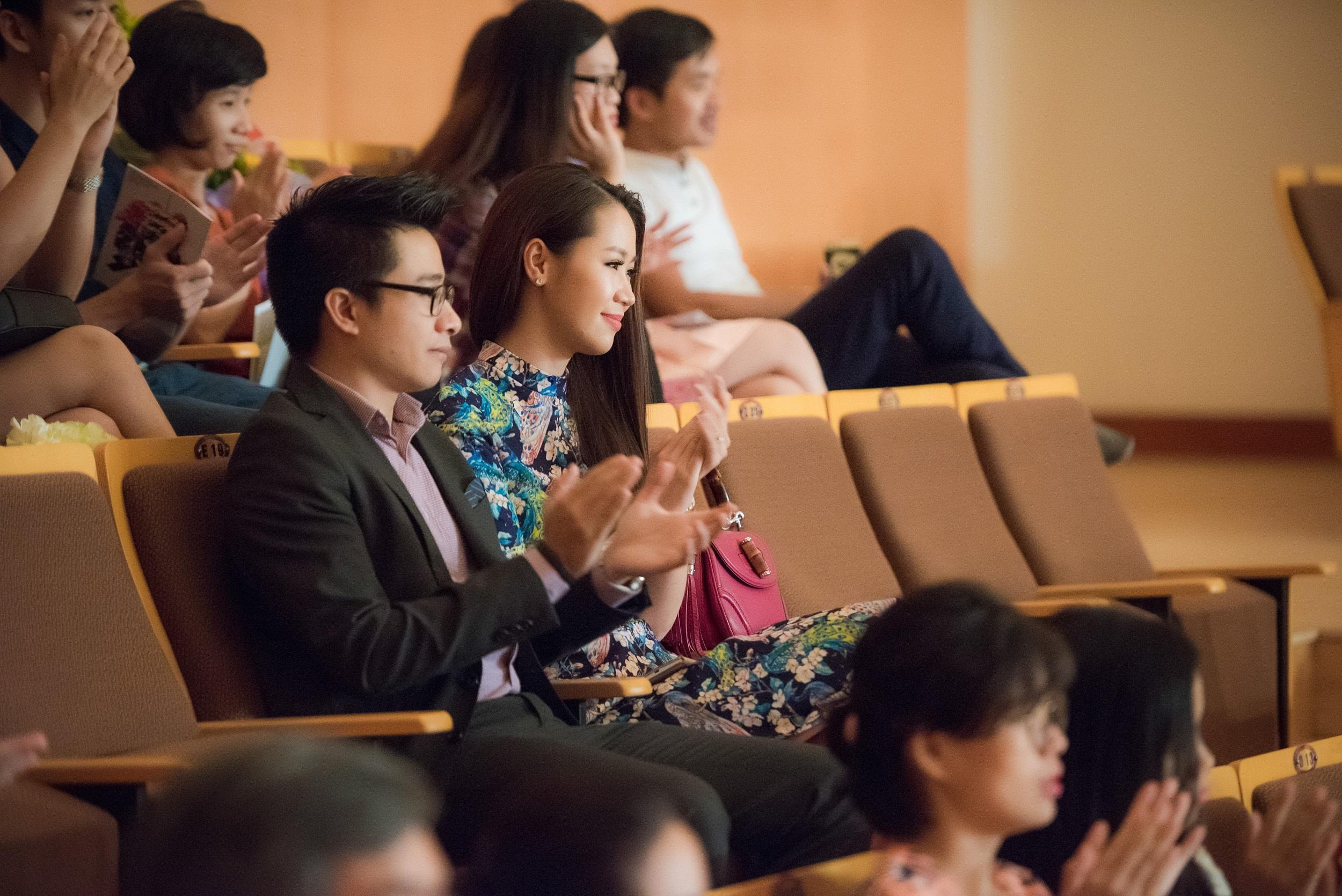 Ngồi dưới hàng ghế khán giả, vợ chồng Dương Thùy Linh chăm chú theo dõi em trai trình diễn những bản nhạc nổi tiếng. Cả hai luôn ủng hộ em trai trong sự nghiệp nghệ thuật.